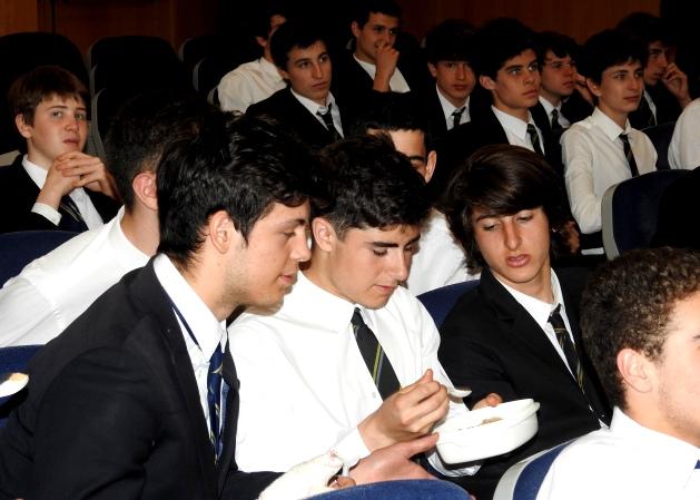 Gaztelueta: alumnos prueban 'sorgo' pasta de cereal que ofrece la FAO