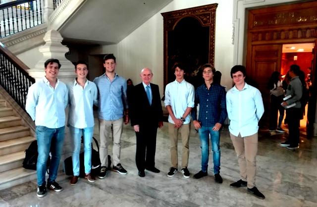 Alumnos de 2º Bachillerato Gaztelueta con Pedro Luis Uriarte