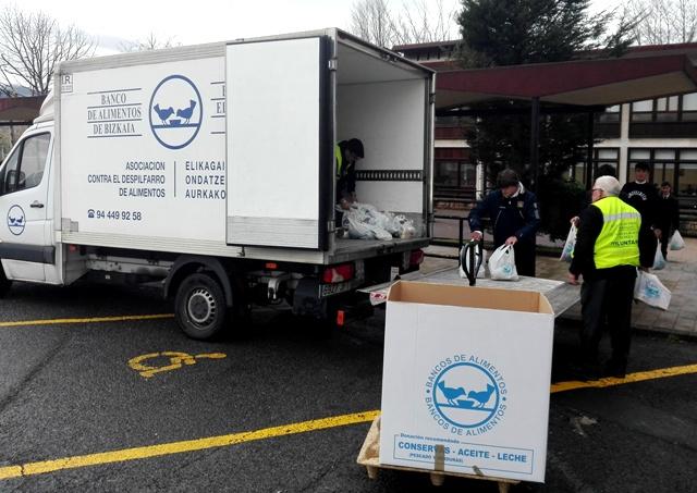 Voluntarios de Gaztelueta en campaña Banco de Alimentos Bizkaia